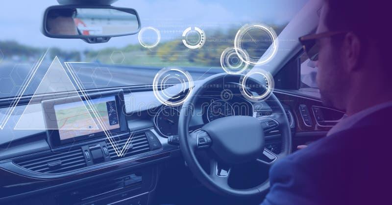 Der Mann, der in Auto mit Köpfen zeigen fährt oben, Schnittstelle an stockfoto