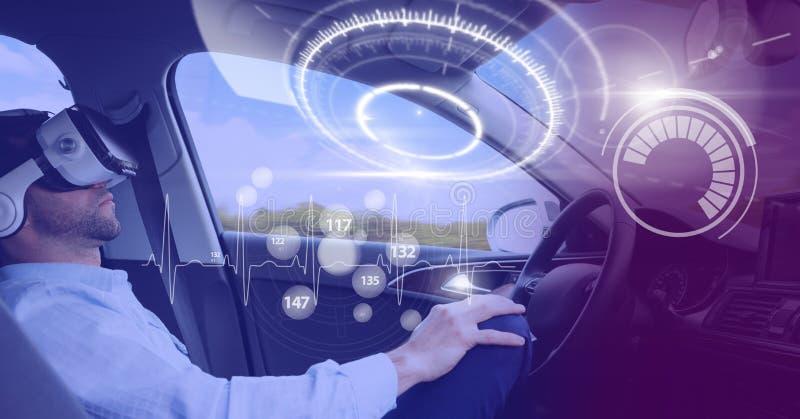 Der Mann, der in Auto mit Köpfen zeigen fährt oben, Schnittstellen- und Realitätskopfhörer an lizenzfreies stockfoto