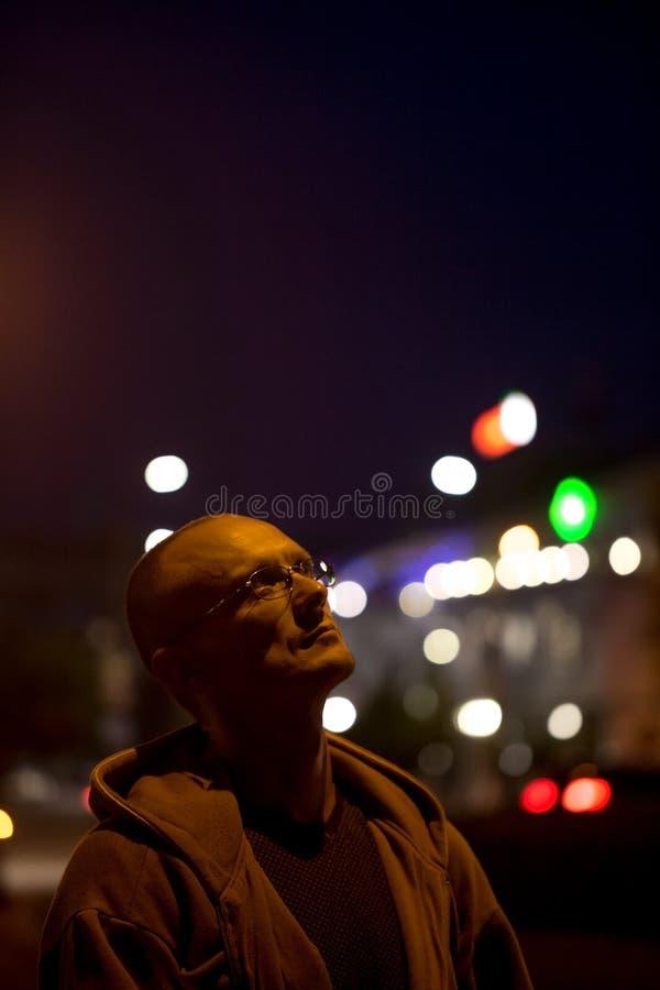 Der Mann betrachtet die Taschenlampe stockfoto