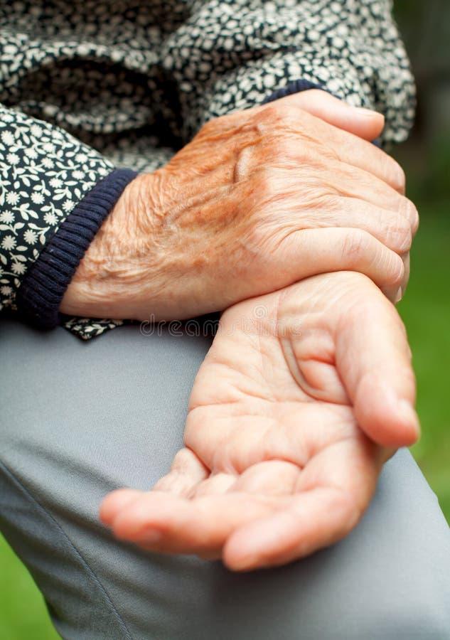 Der Mann, der Eisbeutel auf Handgelenk hält, las die Stelle, die Standort der Schmerz anzeigt lizenzfreies stockbild