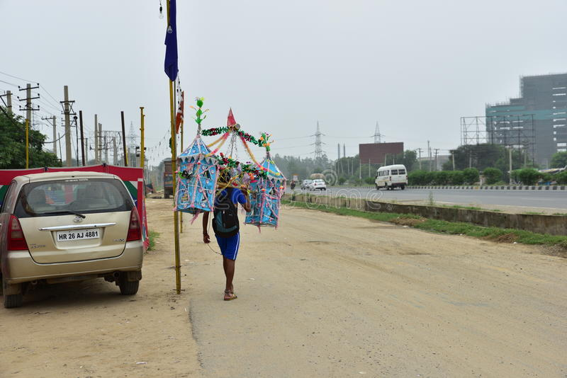 Der Mann, der Kanvar Yatra oder Kavad Yatra (Hindi Words) perfroming ist, ist es jährliche Pilgerfahrt von eifrigen Anhängern von lizenzfreie stockfotografie