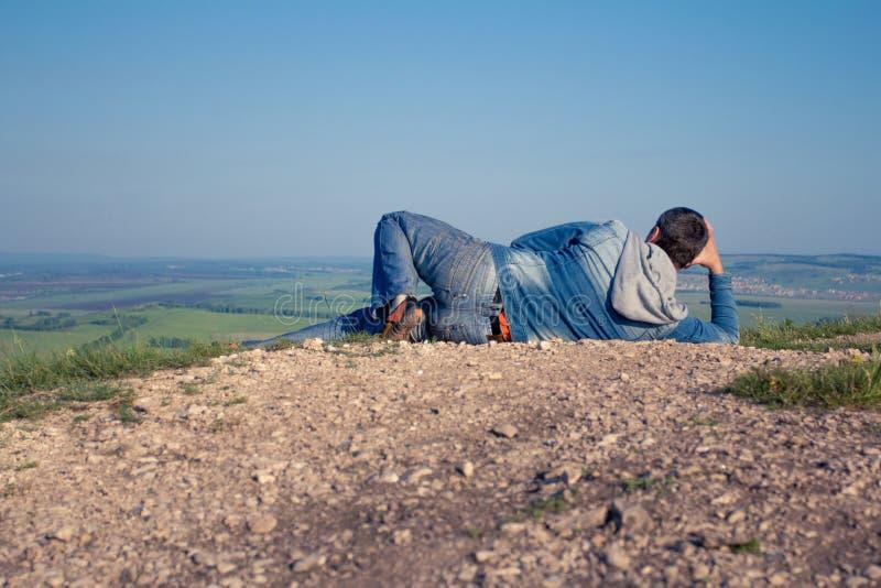Der Mann an der Spitze des Berges freut sich zum Erfolg sieger stockbilder