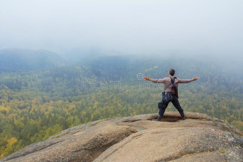 Der Mann an der Spitze des Berges genießt Schönheit der Natur Zu die Ziele erzielen stockbilder