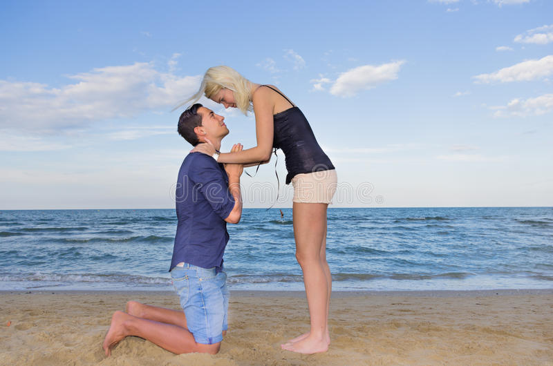 Der Mann, der um forgiveness.woman bittet, verzeiht ihrem Mann stockfotos