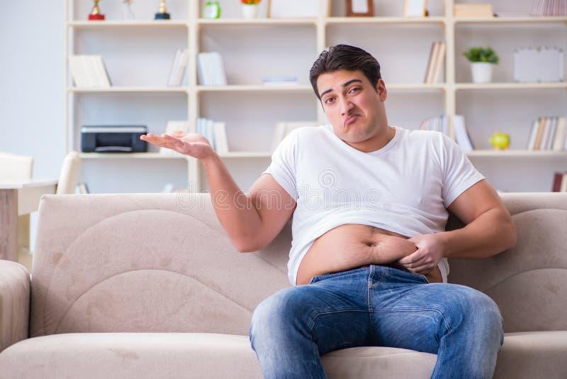 Der Mann, der unter Extragewicht im Diätkonzept leidet lizenzfreies stockfoto