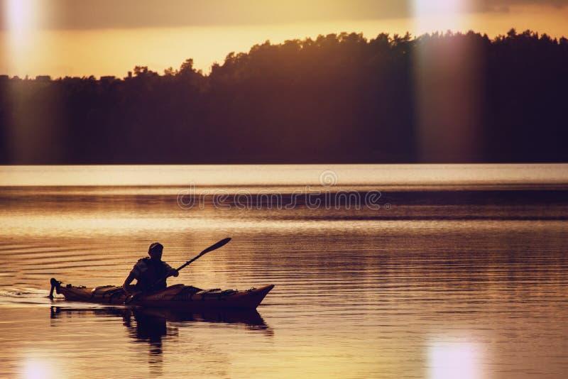 Der Mann in einem Boot auf dem See stockbilder