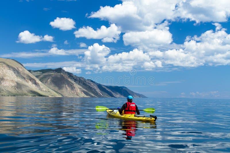 Der Mann in einem Kajak auf dem Baikalsee lizenzfreies stockbild