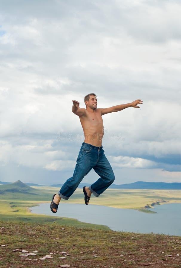 Der Mann in einem Sprung lizenzfreies stockfoto