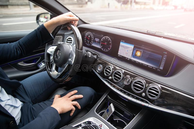 Der Mann fährt das Auto Business-Class-Auto Maybach-mersedes lizenzfreies stockfoto