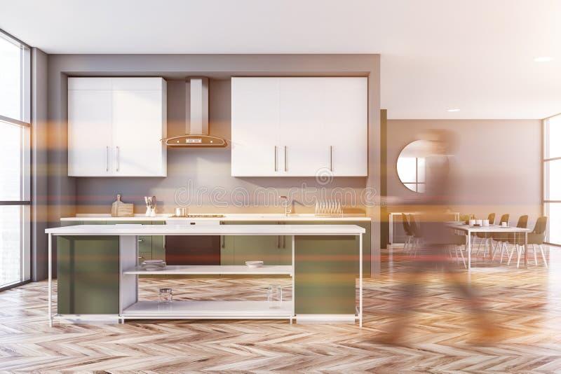 Der Mann geht in grauer und grüner Küche stockbilder