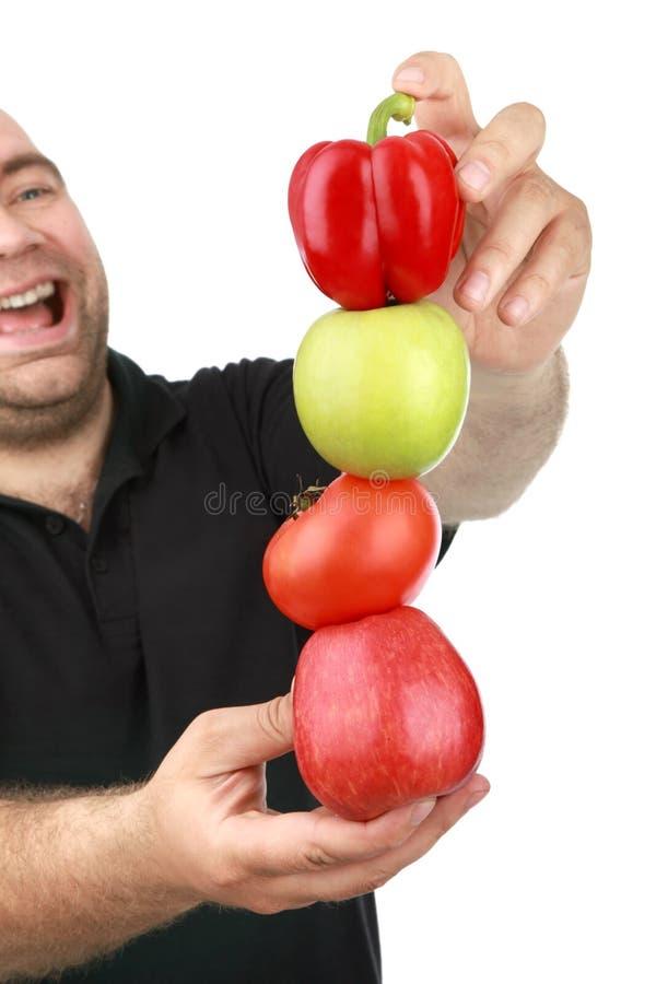 Der Mann hält Frucht an stockfotos
