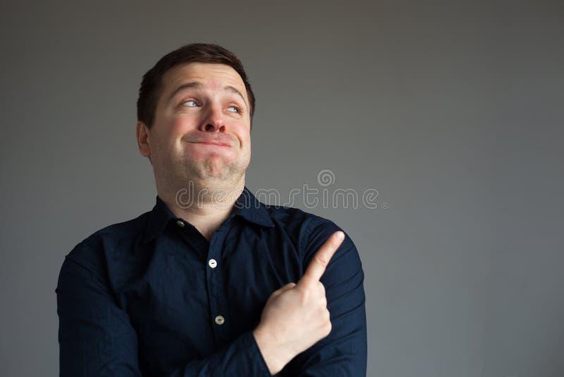 Der Mann hält kaum zurück vom Lachen lizenzfreies stockbild