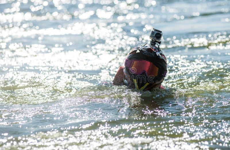 Der Mann im Hut im Wasser stockfoto