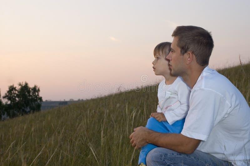 Der Mann mit dem Kindblick in einem Abstand stockbild