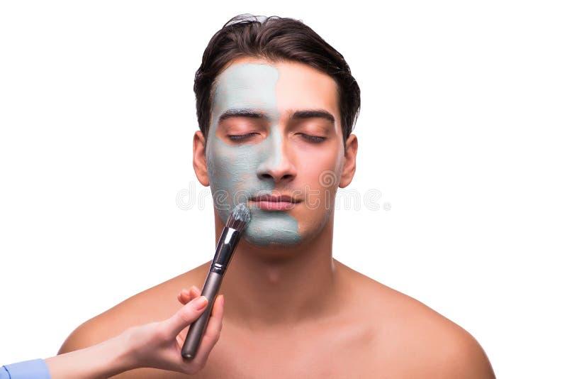 Der Mann mit der Gesichtsmaske, die auf Weiß angewandt ist lizenzfreie stockfotografie