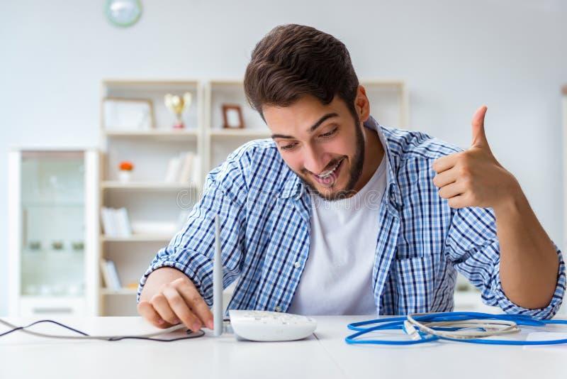 Der Mann, der schnellen Internetanschluss genießt stockbilder
