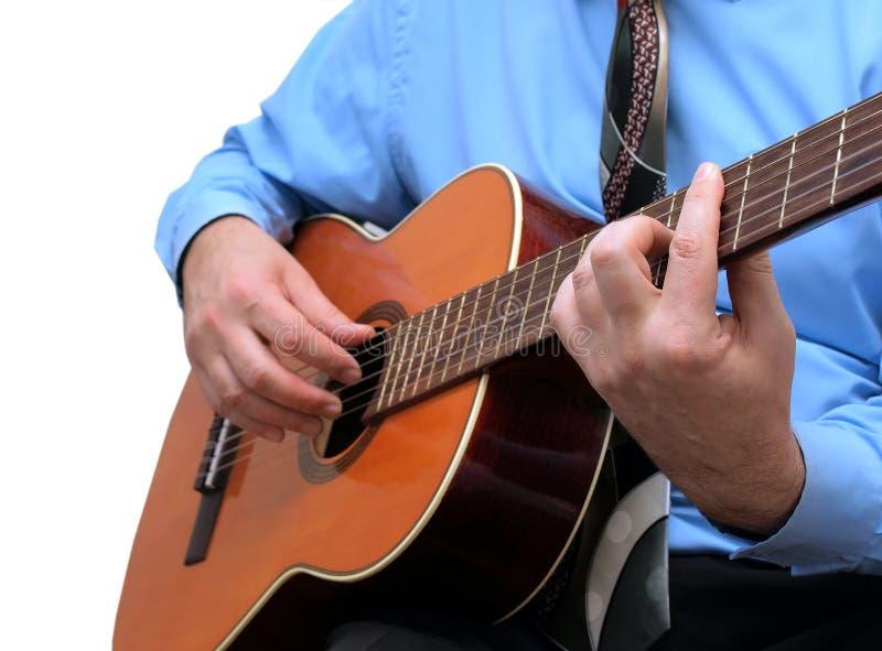 Der Mann spielt auf Gitarre lizenzfreie stockfotografie