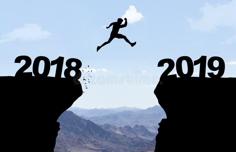 Der Mann springend über Abgrund mit Text 2018/2019 lizenzfreie stockbilder