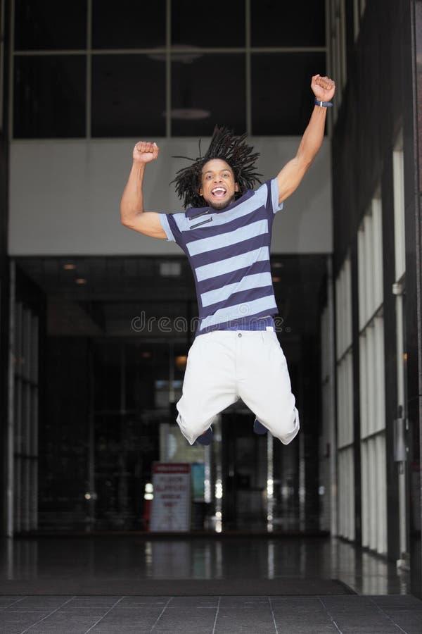 Der Mann Springend Für Freude Stockbild