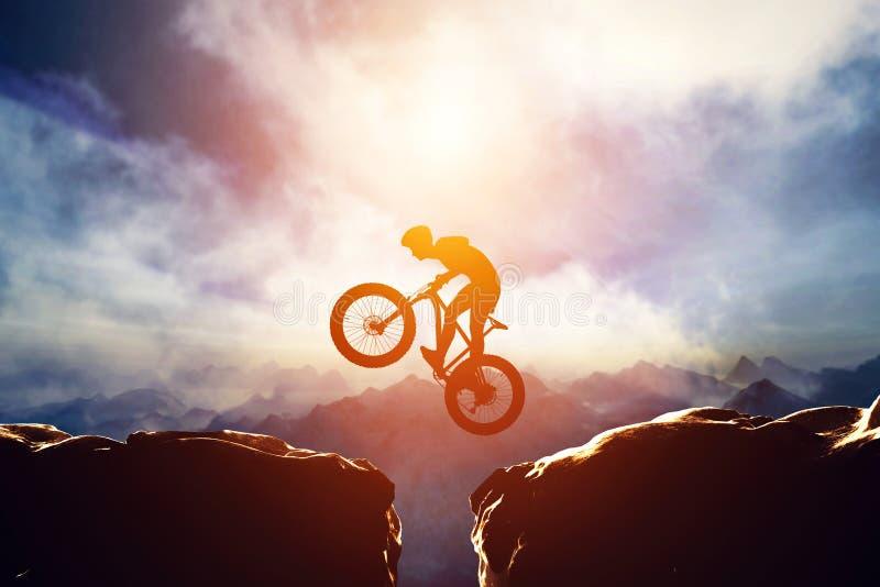 Der Mann springend mit Fahrrad zwischen zwei Hochgebirge lizenzfreie abbildung