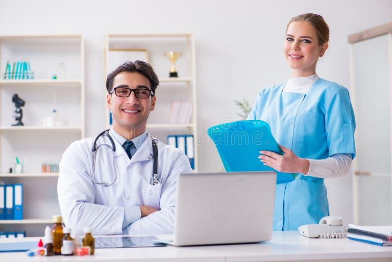 Der Mann und die Ärztin, die Diskussion im Krankenhaus haben lizenzfreies stockbild