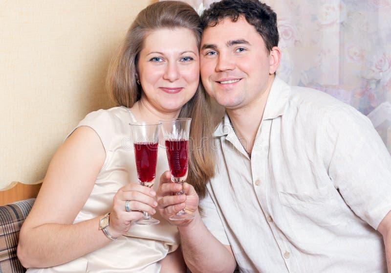 Der Mann und die Frau mit Gläsern Wein lizenzfreie stockfotografie