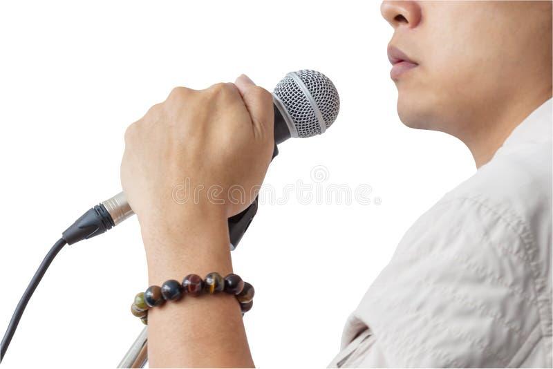 Der Mann und Hand, die Mikrofonstand halten, singen Lied auf Whit stockfotos
