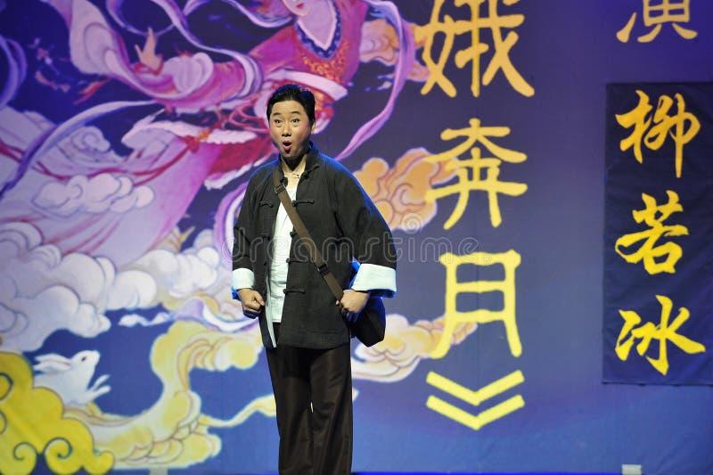 Der Mann von mittlerem Alter, der einen Mantel Tangs Klagejiangxi OperaBlue trägt stockfotos