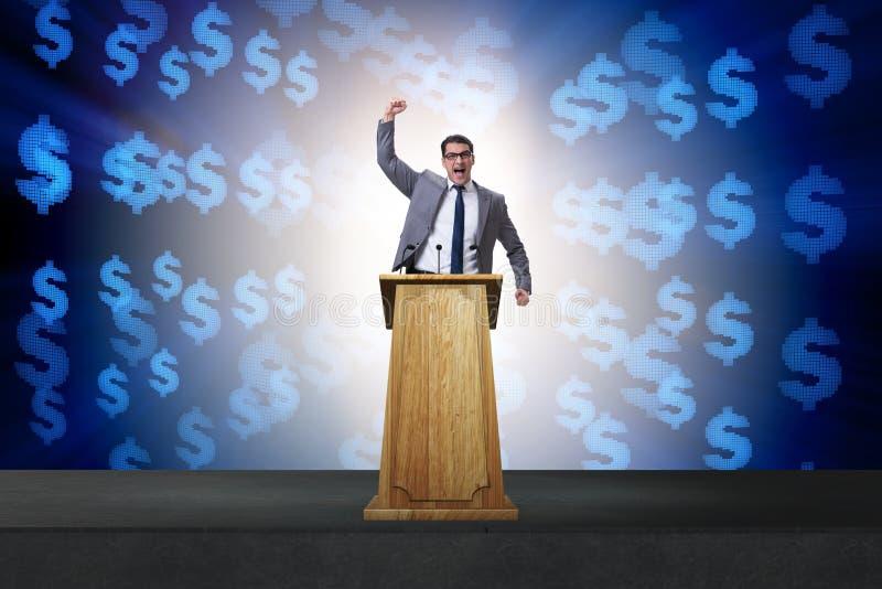 Der Manngeschäftsmann, der Rede am Podium im Geschäftskonzept macht lizenzfreies stockfoto
