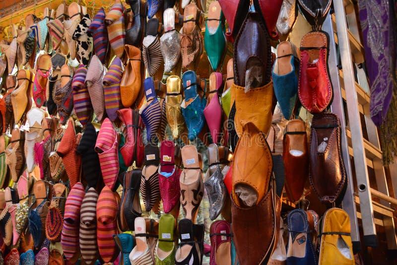 Der Markt in Marrakesch, welches die lokale Hand zeigt, färbte Lederschuhe lizenzfreies stockfoto