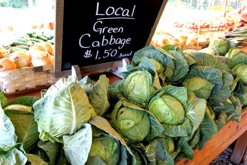 Der Markt-Stand des Landwirts, der Kohl verkauft lizenzfreie stockfotos