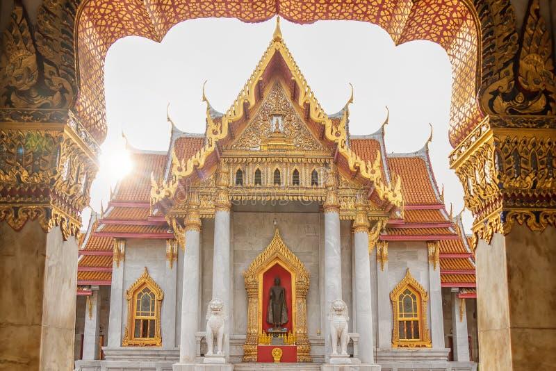 Der Marmortempel oder Wat Benchamabophit Dusit Wanaram in der Morgenzeit mit Sonnenstrahl auf Kirche, berühmten Marksteinplatz stockfoto