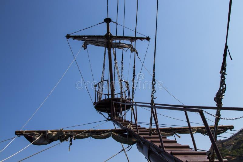 Der Mast des Schiffs gegen den Himmel Symbol des Erfolgs, Höhen stockfotografie