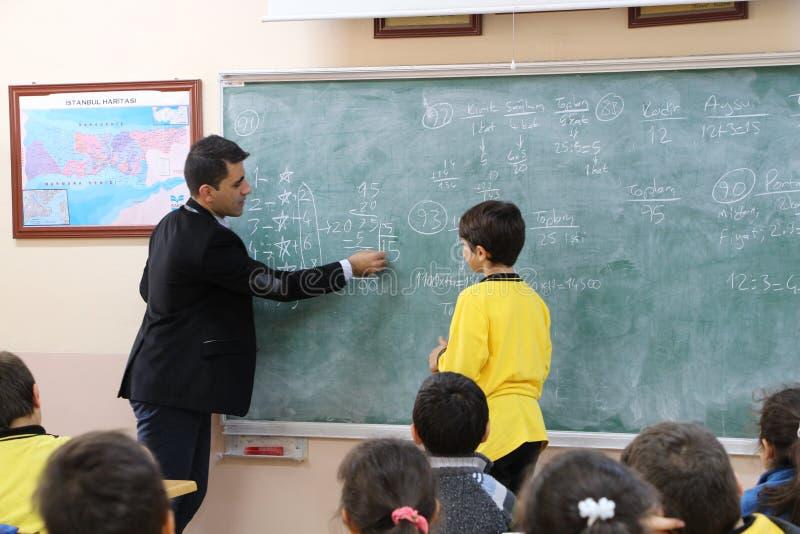 Der Mathe-Lehrer im Klassenzimmer lizenzfreies stockfoto