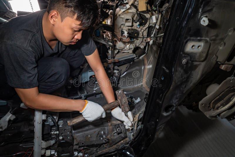 Der Mechaniker repariert das Auto nach dem Unfall lizenzfreie stockbilder