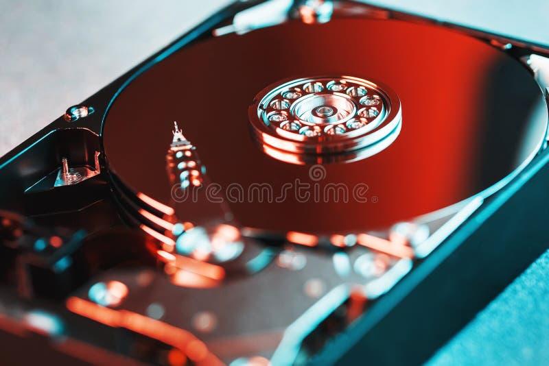 Der Mechanismus vom Innere des auseinandergebauten Festplattenlaufwerks von einem Computer, des Festplattenlaufwerks mit einem Sp lizenzfreie stockfotografie