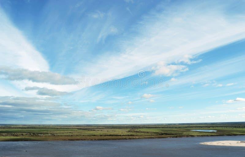 Der meiste Fluss und der Himmel mit Wolken lizenzfreies stockfoto
