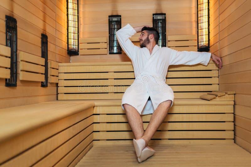 Der Mensch entspannt sich in der Sauna und bleibt gesund lizenzfreie stockfotos