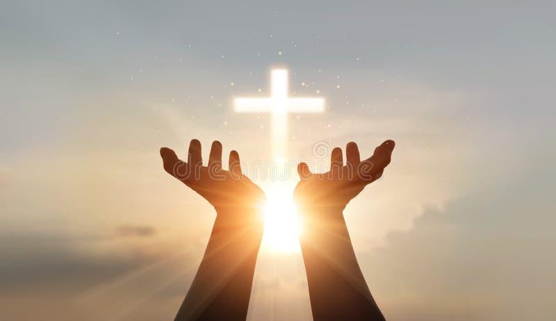 Der Mensch händet Palmen beten und Anbetung von Kreuz, eucharistische Therapie segne Gott helfe, Hoffnung und Glauben, christlich lizenzfreie stockfotografie