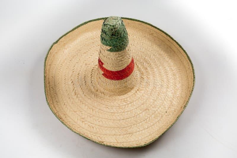 Der mexikanische Sombrerohut des Strohs auf dem weißen Hintergrund lokalisiert stockfotografie
