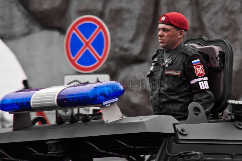 Der Militärpolizeileutnant gegen das Zeichenstoppschild ist Pro stockfoto