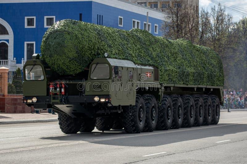 Der Militärtransport bewegt sich auf die des Victory Days Parade stockfotos