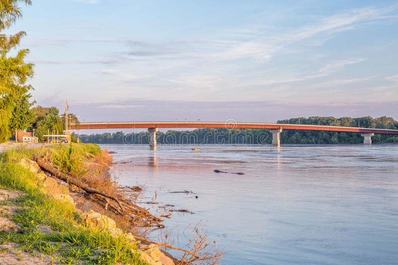 Der Missouri und Brücke bei Hermann lizenzfreies stockfoto