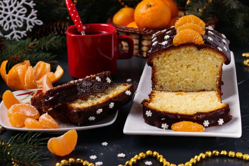 Der mit Schokoladenglasur bedeckte Cupcake mit Tangerinen befindet sich im Neujahrsgeschoss, horizontaler Ausrichtung, Nahaufnahm stockfoto