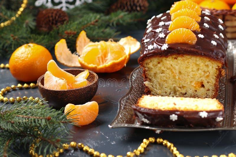 Der mit Schokoladenglasur bedeckte Cupcake mit Tangerinen befindet sich im NeujahrsHintergrund, Horizontale Ausrichtung stockfotografie