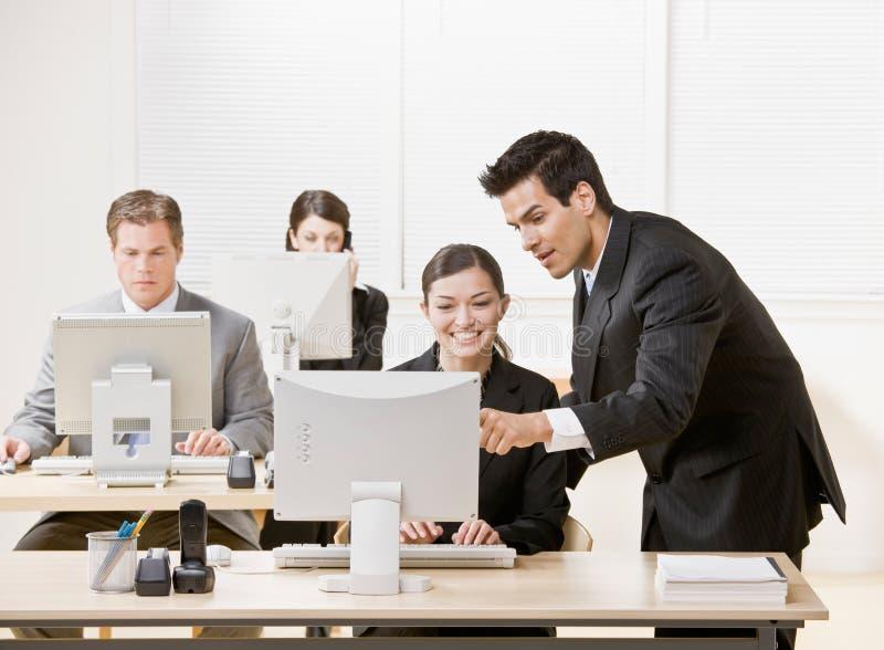 Der Mitarbeiter, Der Auf Überwachungsprogramm Hört, Erklären Problem Lizenzfreies Stockbild