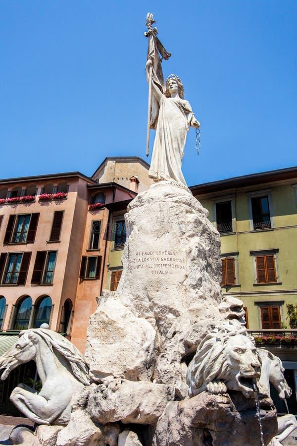 In der Mitte von Lovere auf See Iseo Lombardei lizenzfreie stockfotos