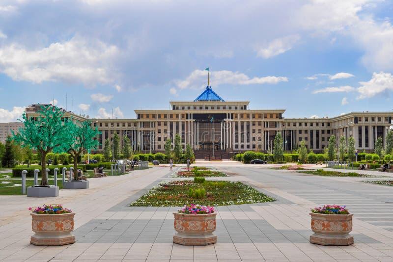 In der Mitte von Nursultan lizenzfreies stockfoto