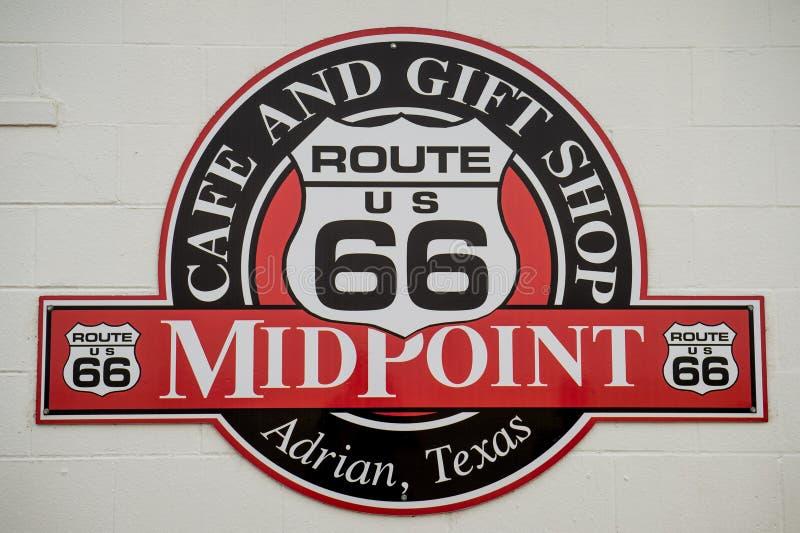 Der Mittelpunkt von Route 66 -Zeichen Halbe Weise Mittelpunkt-Café-Route 66 -Café lizenzfreies stockfoto