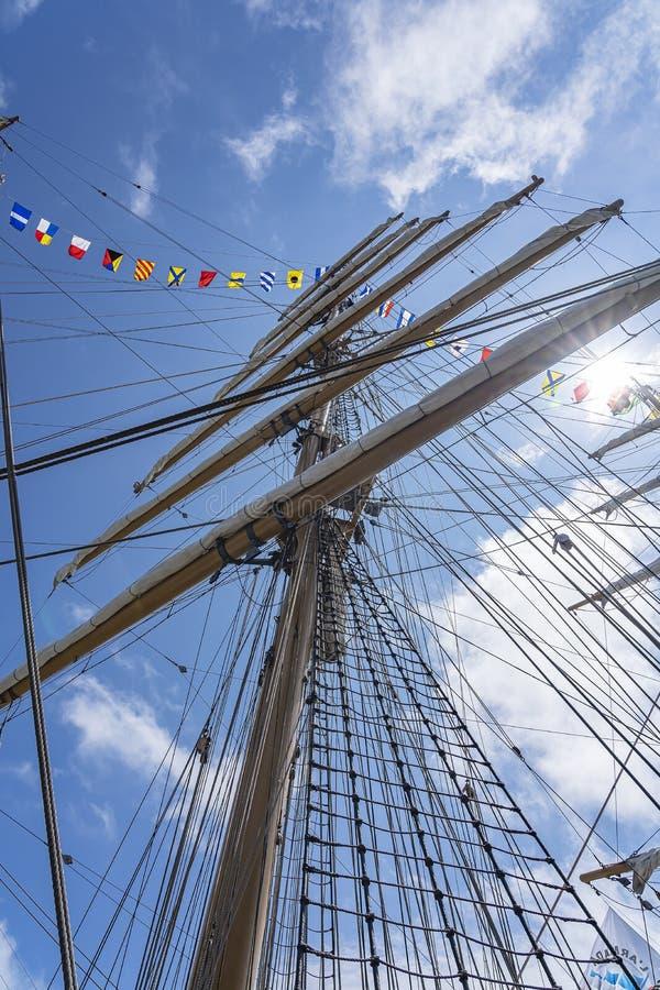 Der mittlere Mast mit den sechs Segeln des Großseglers Cisne Branco im Hafen von Scheveningen während des Segels auf Scheveningen stockfoto